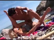 Jolie blonde se fait ttoncher sur la plage