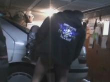 Couple qui baise dans leur garage contre la voiture