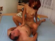 L'amatrice baise en se frottant le clito sur son mec
