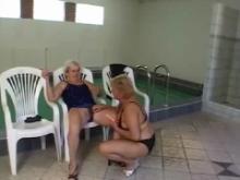 Une vieille gode sa partenaire qui lui pisse dessus