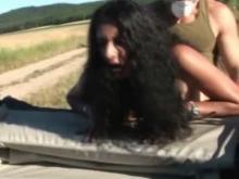 La salope se fait prendre contre la voiture