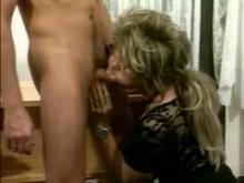 Femme mature se fait gicler du foutre par une jeunot