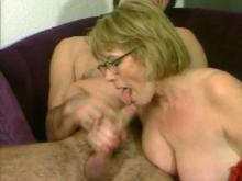 Femme cougar fait éjaculer un jeunot rapidement